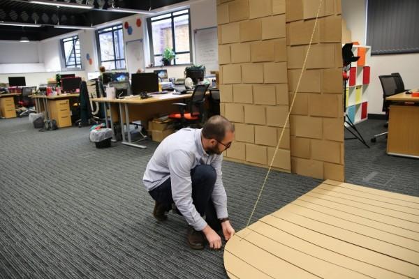 Un château en carton au bureau